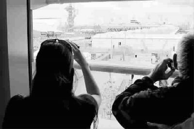 人们在观光廊眺望伦敦碗 厉苒苒 摄