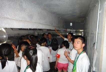同学们在索尼城市大崎办公楼的地下防震核心区内参观