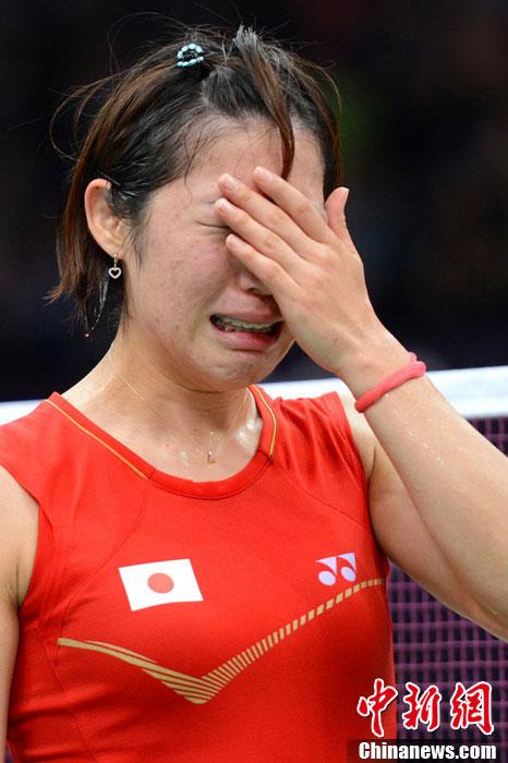 当地时间8月1日,2012伦敦奥运会羽毛球女单1/8决赛,日本球手佐藤沙弥香受伤退赛,伤心流泪。图片来源:东方IC 版权作品 请勿转载