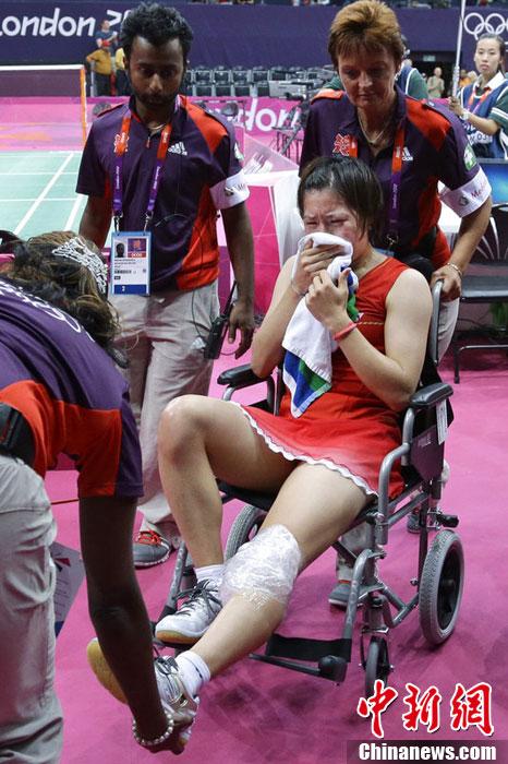 当地时间8月1日,2012伦敦奥运会羽毛球女单1/8决赛,日本球手佐藤沙弥香受伤退赛。图片来源:东方IC 版权作品 请勿转载