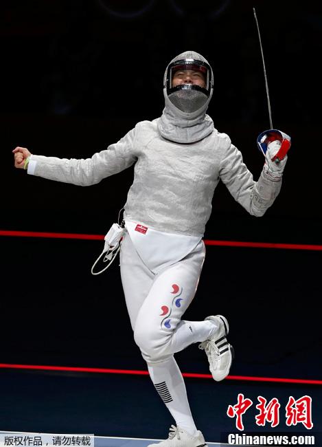当地时间8月1日,2012伦敦奥运会女子个人佩剑半决赛,韩国选手庆祝战胜美国选手。