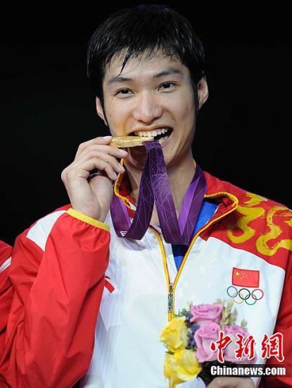 当地时间7月31日,在刚结束的伦敦奥运男子花剑个人决赛中,中国选手雷声以15:13击败埃及的阿莱尔丁阿波尔卡西姆夺得金牌。图为雷声登台领奖。图片来源:Osport全体育图片社