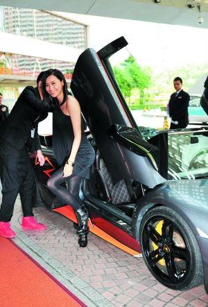 陈法拉从名贵跑车中下来。信息时报记者 萧嘉宁 摄