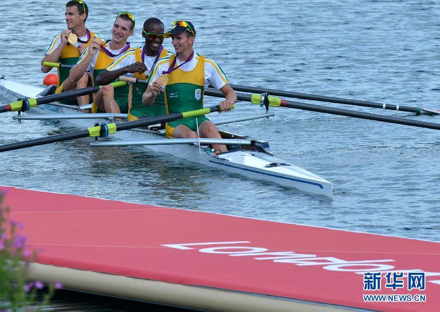 8月2日,南非队队员在颁奖仪式上。当日,南非队在伦敦奥运会赛艇男子轻量级四人单桨决赛中以6分02秒84的成绩夺得冠军。新华社记者公磊摄