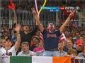 奥运视频-女排场边温馨一幕 中美球迷击掌助威