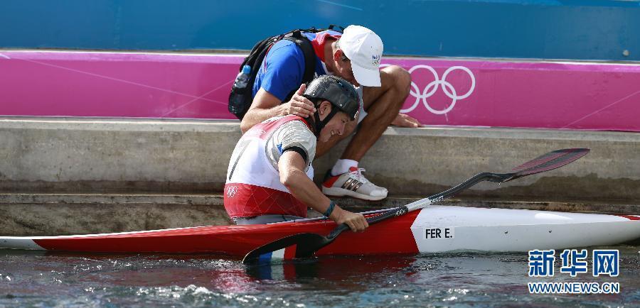 2012年8月2日,在伦敦奥运会皮划艇激流回旋女子单人皮艇比赛中,费尔以105秒90的成绩获得冠军。图为,法国选手费尔在半决赛结束后。新华社记者 任正来