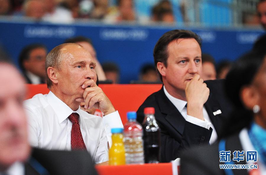 """2012年8月2日,俄罗斯总统普京(左)和英国首相卡梅伦来到伦敦奥运会柔道馆观看比赛。普京本人是柔道""""黑带""""段位得主。 新华社记者 吴晓凌"""