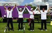 奥运图:韩国女箭手惊险摘金 一起庆祝