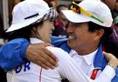 奥运图:韩国女箭手惊险摘金 拥抱庆功