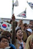 奥运图:韩国女箭手惊险摘金 支持的观众