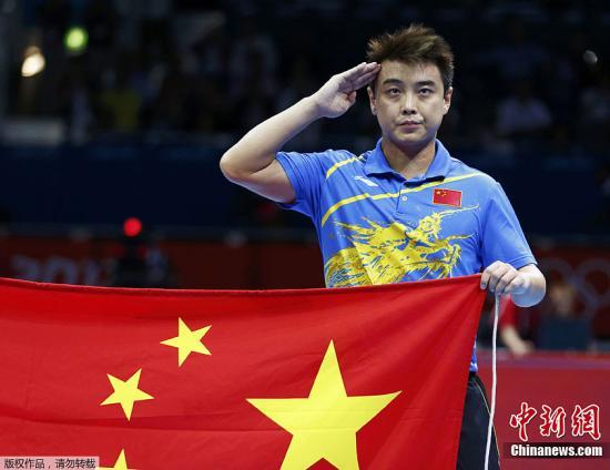 当地时间8月2日,2012年伦敦奥运会乒乓球男单决赛,中国选手张继科以4:1战胜队友王皓夺冠。图为王皓举国旗敬礼。Osport全体育图片社