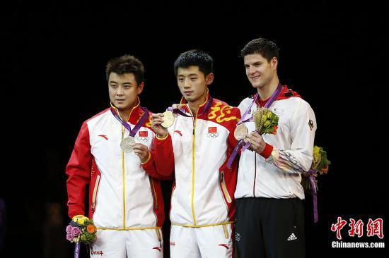 当地时间8月2日,伦敦奥运会乒乓球男子单打决赛,中国选手张继科、王皓包揽金银牌。记者 盛佳鹏 摄