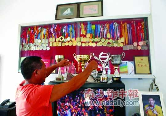 惠州小金口白石村罗玉通家中客厅里摆着上百个各种奖杯,罗玉通的父母罗盛强、李招娣说就差这块分量最重的奥运金牌了,很快阿通就会带回家。