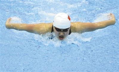 昨日比赛,焦刘洋获得女子200米蝶泳冠军。图为焦刘洋正在进行比赛。