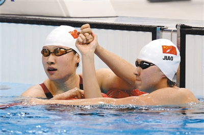 昨日赛后,刘子歌(左)与焦刘洋携手致意。