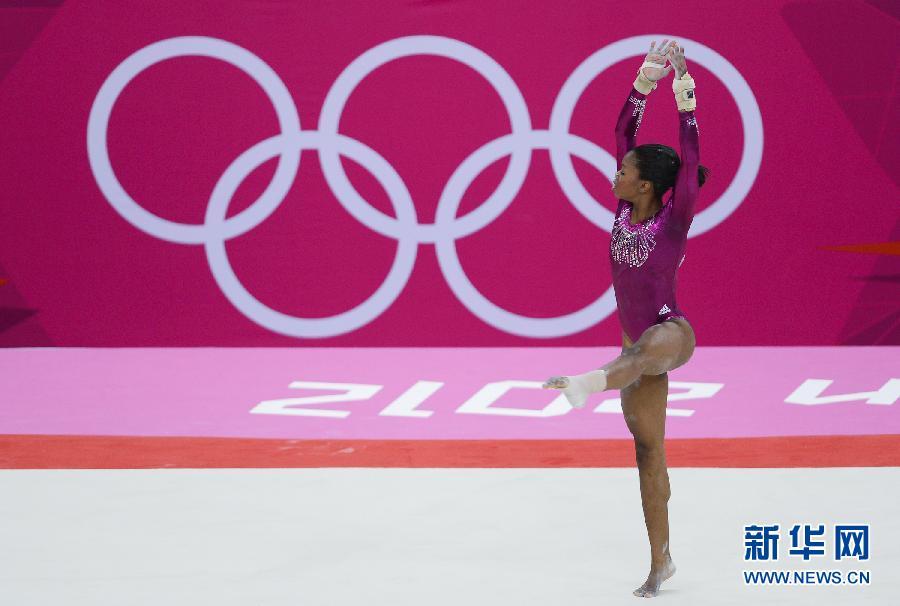 8月2日,加布丽埃勒·道格拉斯(左)在夺冠后庆祝。当日,在2012年伦敦奥运会体操女子个人全能比赛中,美国选手加布丽埃勒·道格拉斯以62.232分的成绩夺得金牌。 新华社记者戚恒摄
