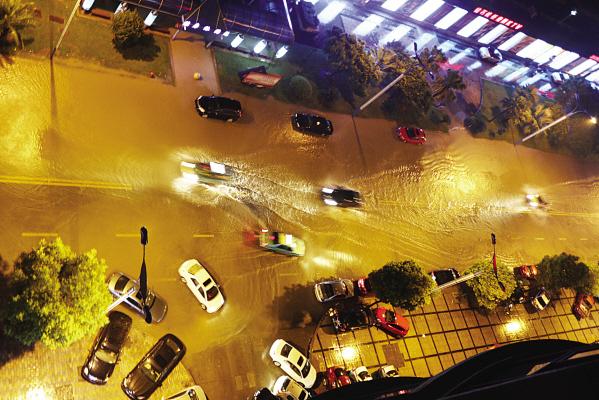 昨晚21时许,市区滨江大道上漫水。据悉,系高潮位引起江水倒灌。