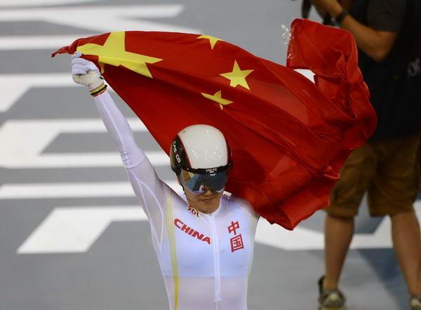 奥运图:中国自行车金牌变银牌 披国旗庆祝