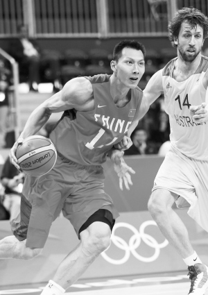 8月2日,在伦敦奥运会男子篮球小组赛中,中国队以61比81负于澳大利亚队。图为中国队球员易建联(左)在比赛中进攻。新华社发
