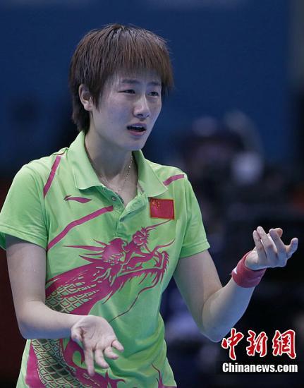 当地时间8月1日,在伦敦奥运会乒乓球女子单打决赛中,中国选手李晓霞战胜队友丁宁,夺得金牌。图为丁宁被判发球违例后向裁判表示抗议。记者 盛佳鹏 摄