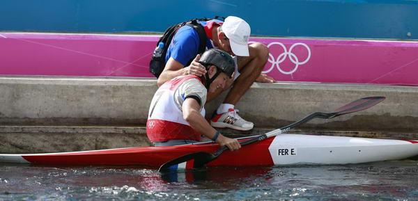 奥运图:女子皮划艇法国夺冠 教练关心