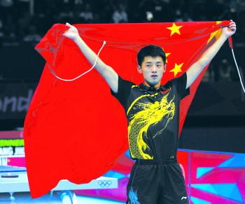 张继科(右)赛后与队友王皓拥抱庆祝。新华社发