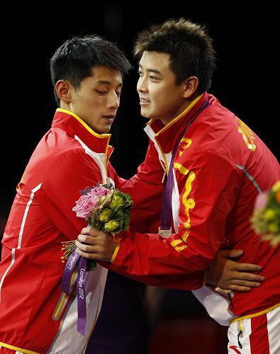 8月2日,张继科(左)在领奖台上与王皓拥抱。新华社记者 沈伯韩 摄