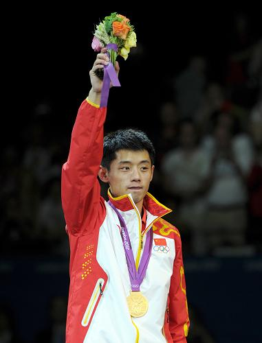 8月2日,张继科在领奖台上向观众致意。新华社记者 王毓国 摄