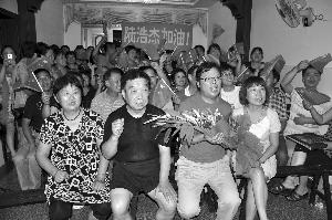 家中挤满了人