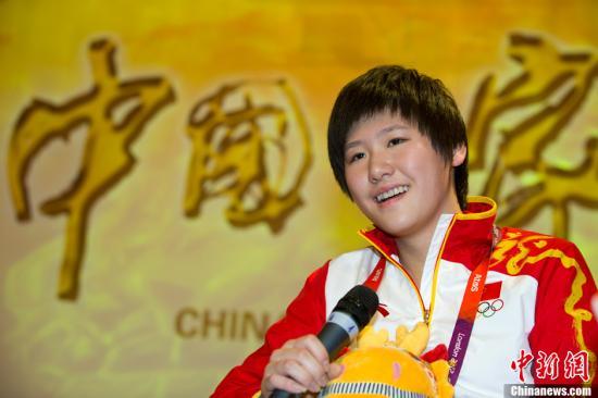 """当地时间8月2日,伦敦奥运会游泳女子个人200米、混合泳400米双料冠军叶诗文,应邀到""""中国之家""""做客,并接受记者采访。记者 富田 摄"""