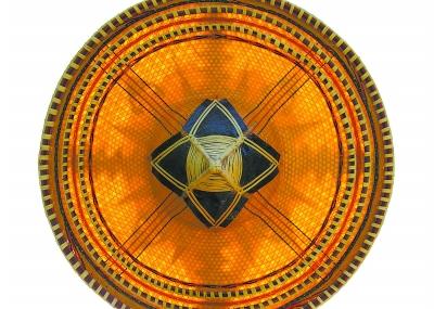 兰兴佺老人在有着百年历史的斗笠模上编织第一层斗笠胚。