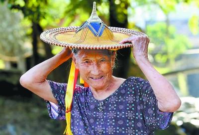 """76岁的兰淑云戴上花斗笠:""""这让我又回想起当年出嫁时的情景。"""""""