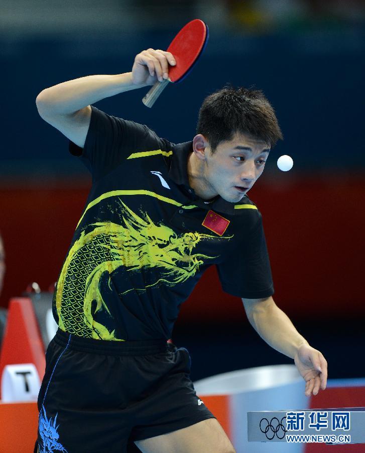 2012年8月2日,在伦敦奥运会乒乓球男子单打决赛中,中国选手张继科以4比1战胜队友王皓,获得冠军。图为,张继科在比赛结束后兴奋地越过场地护栏。新华社记者 沈伯韩