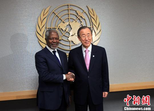 图为2月29日,前任联合国秘书长科菲・安南抵达纽约联合国总部,与现任联合国秘书长潘基文就叙利亚问题举行对话。中新社发 孙宇挺 摄