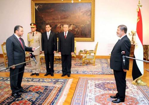 埃及新内阁成员8月2日下午在总统府举行仪式,向总统穆尔西宣誓就职。图为就职仪式现场。