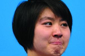 站在领奖台上,焦刘洋激动地流下眼泪。