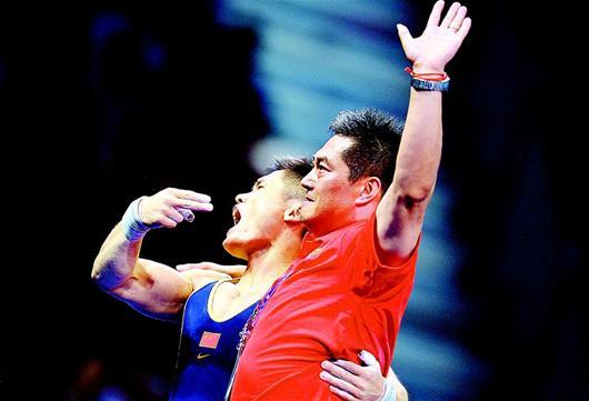 湖北日报讯 本报伦敦2日电(记者胡革辉)男子77公斤级决赛的最后时刻,场上只剩中国名将吕小军一人,他要的重量是204公斤,如果成功,那么他将以破世界纪录的成绩夺得这枚金牌。