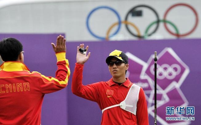 8月3日,中国选手戴小祥(右)和教练击掌庆祝比赛获胜。当日,在伦敦奥运会男子射箭个人八分之一决赛中,中国选手戴小祥战胜澳大利亚选手沃思,晋级八强。 新华社记者格桑达瓦摄