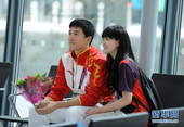 奥运图:刘翔抵伦敦冲刺奥运 与美女志愿者合影