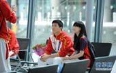奥运图:刘翔抵伦敦冲刺奥运 与志愿者合影