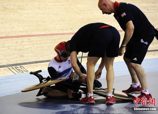当地时间8月2日,英国自行车选手菲利普・辛德斯(Philip Hindes)在场地自行车预赛时摔出赛道受伤。Osport全体育图片社