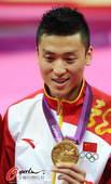 奥运图:中国蹦床双子星闪耀赛场 董栋展示金牌