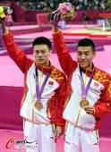 奥运图:中国蹦床双子星闪耀赛场 向观众挥手