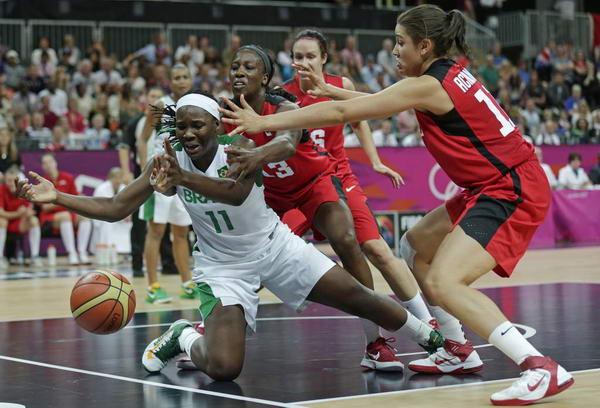 奥运图:加拿大女篮险胜巴西 倒地救球