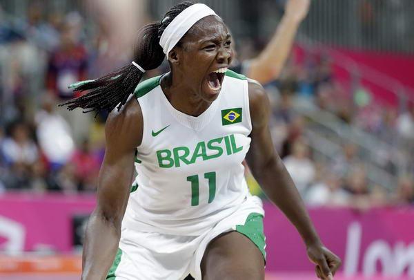 奥运图:加拿大女篮险胜巴西 进球后怒吼