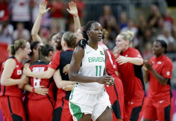 奥运图:加拿大女篮险胜巴西 落寞离开