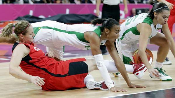 奥运图:加拿大女篮险胜巴西 人仰马翻
