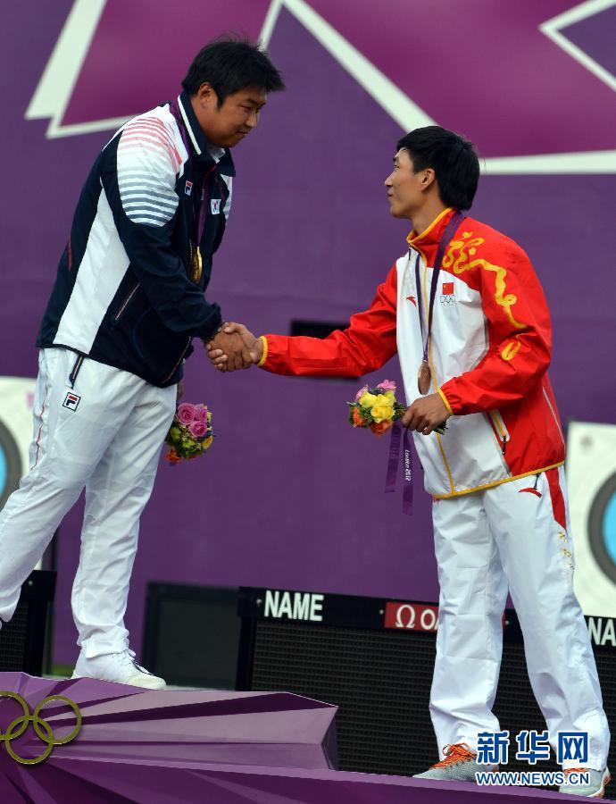 8月3日,戴小祥在颁奖仪式上。当日,在伦敦奥运会男子射箭个人铜牌争夺中,中国选手戴小祥以6比5战胜丹麦选手范德尔芬,获得铜牌。 新华社记者格桑达瓦摄