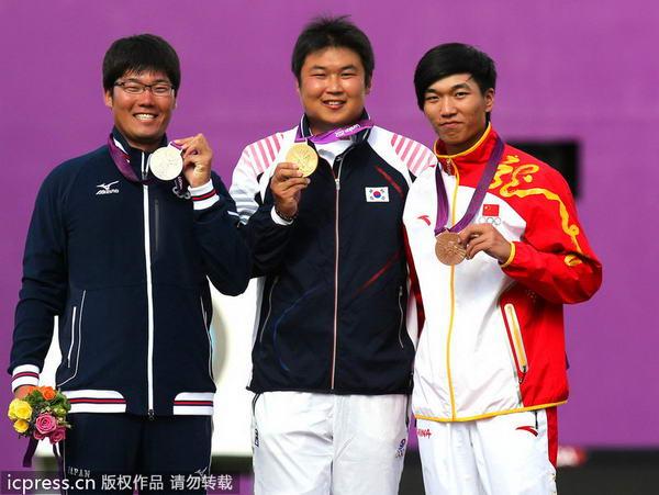 奥运图:男子射箭戴小祥摘铜 三人高兴