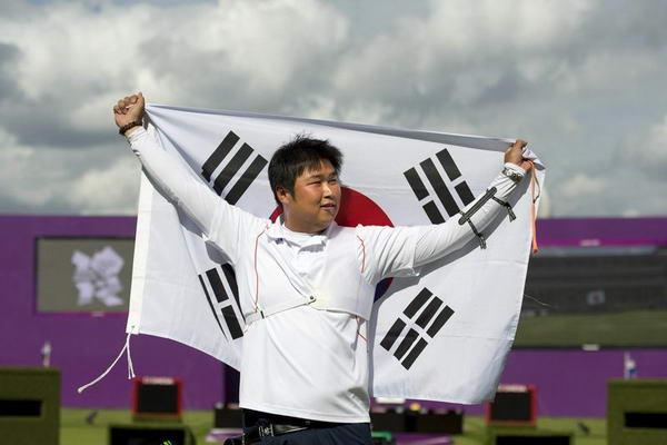 奥运图:男子射箭戴小祥摘铜 韩国选手身披国旗